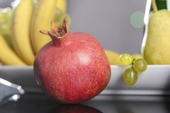 从新鲜的多彩多姿的果子的欢乐静物画在美好的背景 库存照片