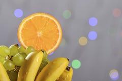 从新鲜的多彩多姿的果子的欢乐静物画在美好的背景 库存图片