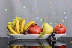 从新鲜的多彩多姿的果子的欢乐静物画在美好的背景 免版税库存图片