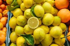 从新鲜的柠檬,蜜桔的柑橘混合,橙色在农厂市场上 产品富有在维生素上 库存图片