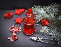 从新鲜的红色荚莲属的植物的茶在一块透明玻璃 免版税库存照片