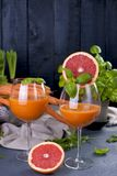 从新鲜的红萝卜和葡萄柚在玻璃,健康饮食的维生素饮料的汁液 在食物的维生素 复制空间 免版税库存图片