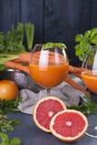 从新鲜的红萝卜和葡萄柚在玻璃,健康饮食的维生素饮料的汁液 在食物的维生素 复制空间 库存图片