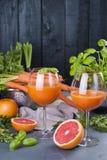 从新鲜的红萝卜和葡萄柚在玻璃,健康饮食的维生素饮料的汁液 在食物的维生素 复制空间 免版税图库摄影