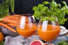 从新鲜的红萝卜和葡萄柚在玻璃,健康饮食的维生素饮料的汁液 维生素 复制空间 库存图片