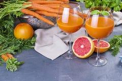 从新鲜的红萝卜和葡萄柚在玻璃,健康饮食的维生素饮料的汁液 维生素 复制空间 库存照片