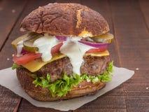 从新鲜的肉的最佳的乳酪汉堡 免版税库存图片