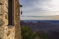从旅游小屋大厦的大峡谷亚利桑那北部外缘风景风景视图 免版税库存照片