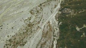 从旅行在山行迹的游人上的看法 攀登山的远足者 股票录像