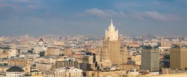 从旅馆乌克兰纳屋顶的看法  莫斯科 免版税库存图片