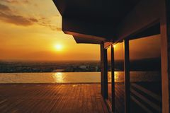 从无限水池的日落视图 库存照片