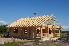 从日志建造的之家 免版税库存图片