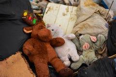 从旧布和玩偶的垃圾 图库摄影