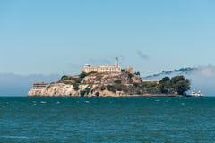 从旧金山码头的阿尔卡特拉斯岛垂直的视图 免版税库存照片