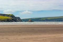 从显示岩石露出的海滩的风景 免版税图库摄影