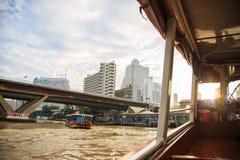 从晁Phraya明确小船的曼谷视图 免版税图库摄影