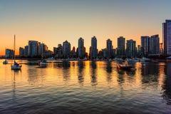 从晚上大都会的海洋边的看法,在s之后 免版税库存照片
