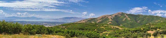 从普罗沃Travers山的全景风景视图、犹他县、犹他湖和Wasatch前面落矶山和Cloudscape 图库摄影