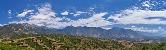 从普罗沃Travers山的全景风景视图、犹他县、犹他湖和Wasatch前面落矶山和Cloudscape 免版税库存图片