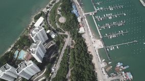 从晴天鸟瞰图上的主要芭达亚海湾视图 录影 美好的风景鸟瞰图 股票录像