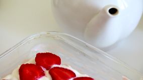 从曲奇饼、酸性稀奶油和草莓的容易和柔和的蛋糕 股票视频