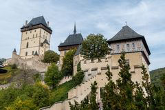 从更低的庭院的中世纪Karlstejn城堡 免版税库存照片