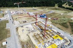 从更加了不起的高度的鸟瞰图在一个建造场所的起重机上有尸体的在生长Germa的新的公寓的 库存图片