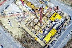 从更加了不起的高度的鸟瞰图在一个建造场所的起重机上有尸体的在生长Germa的新的公寓的 免版税库存照片