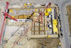 从更加了不起的高度的鸟瞰图在一个建造场所的起重机上有尸体的在生长Germa的新的公寓的 免版税图库摄影