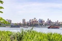 从曼哈顿的看法East河的有在背景布鲁克林Heights,纽约,美国中 免版税图库摄影