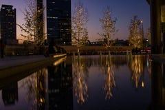 从有启发性树的反射在梅田驻地,大阪 库存图片