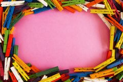 从木五颜六色的别针的框架在桃红色背景 免版税库存照片