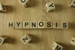 从木块的催眠状态词 免版税库存照片