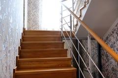 从木头可贵的品种的Interfloor台阶村庄的 对二楼的木楼梯 现代木楼梯 免版税库存照片
