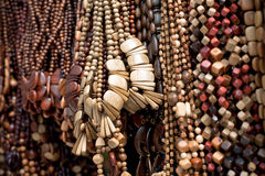 从木头的五颜六色的小珠 免版税库存图片