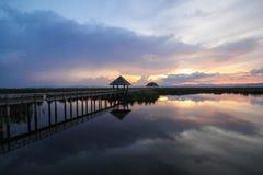从木桥的山景在Khao山姆roi yod国家公园, Prachuap Khiri Khan,泰国 免版税库存图片