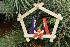 从木棍子的自创圣诞装饰以杉木针为背景 免版税库存图片