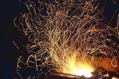 从木炭壁炉的光在晚上 库存图片