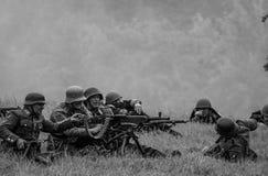 从机枪的猛烈的炮火有黑白的 免版税库存图片