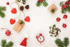从杉树和装饰品自然分支的圣诞节框架  库存图片