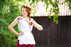 从村庄的一个女孩传统成套装备的 免版税库存图片