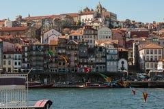 从杜罗河河的老镇地平线:典型的五颜六色的门面-波尔图,葡萄牙 免版税库存图片