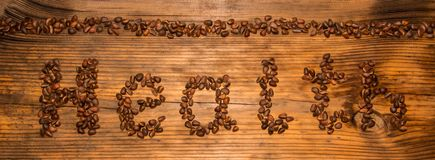 从松果的题字健康在木板背景 免版税库存图片
