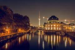从柏林地平线的柏林博物馆岛在夜和电视塔里 库存图片