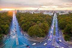 从柏林秋天交通路胜利塔的看法  库存照片
