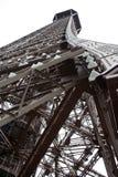 从查寻埃佛尔铁塔的底部的特写镜头  免版税库存照片