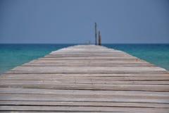 从栈桥的看法与不尽的海洋和天空 免版税库存照片