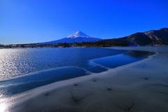 从根地面海滩的富士山湖Sai日本 免版税库存图片