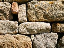 从桃红色花岗岩冰砾的石墙在Brehat 库存照片