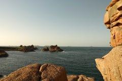 从桃红色花岗岩海岸的9月Iles在Perros Guirec附近在布里坦尼 库存照片